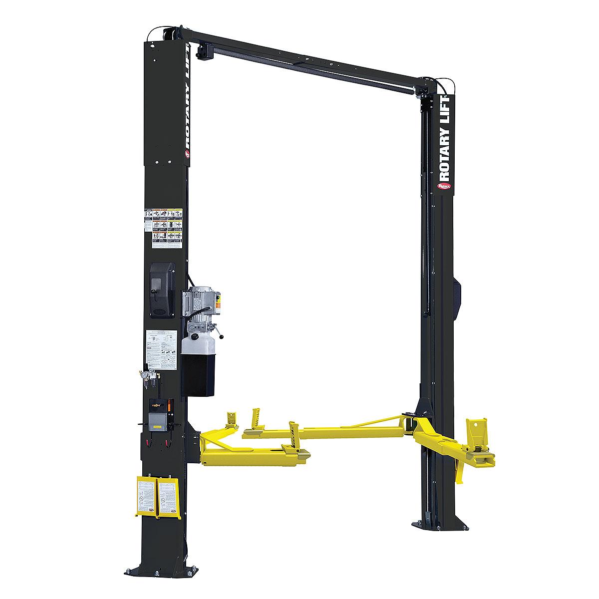 Elevador de carro preto configurado com os braços TRIO