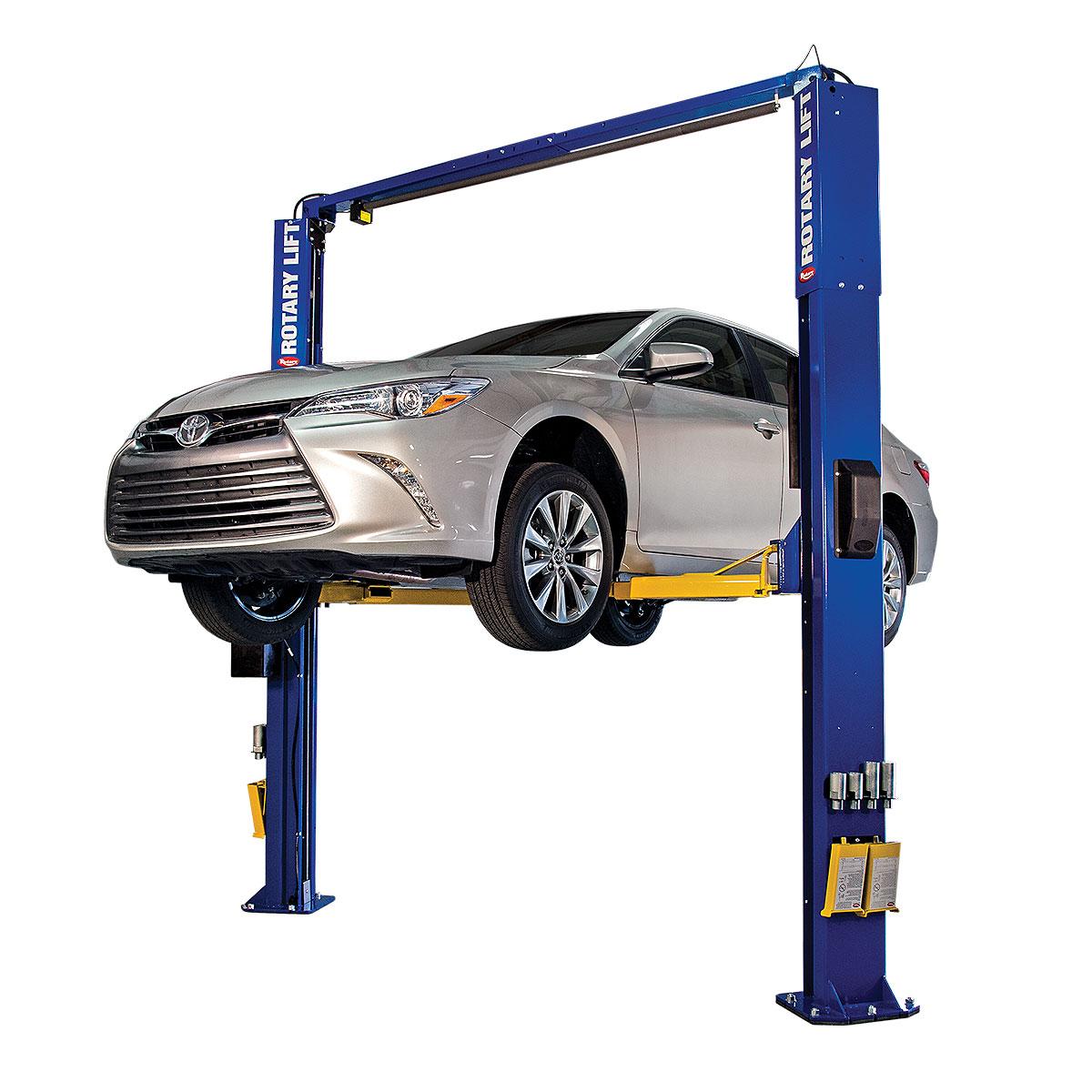 Elevador de carro azul configurado com braços padrão